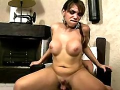 Guy gives assbanging to cute tranny